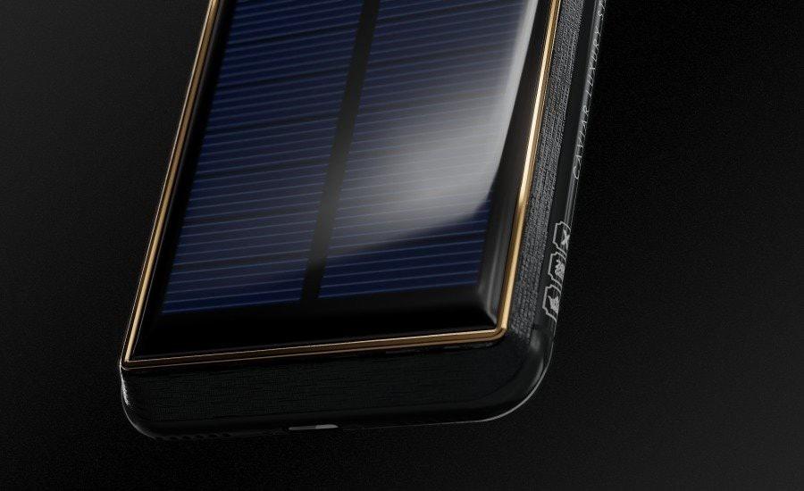 Caviar cho biết điện thoại có thể sạc bằng năng lượng mặt trời hoặc ánh sáng đèn điện.