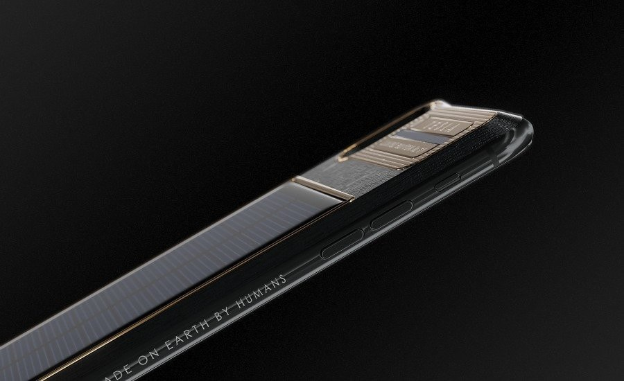"""Caviar cũng cho biết sẽ gửi sản phẩm đầu tiên tặng cho Elon Musk. Trên điện thoại này được khắc dòng chữ """"Made on Earth by humans"""" (Được làm bởi con người trên trái đất) - dòng chữ cũng được in trên chiếc Tesla Roadster từng được phóng vào vũ trụ trên tên lửa Falcon Heavy của công ty SpaceX - thuộc sở hữu của Elon Musk."""