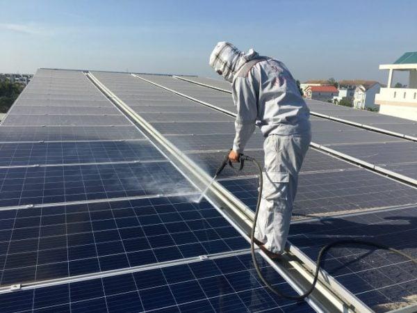 Giữ vệ sinh hệ thống điện mặt trời